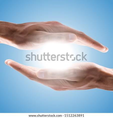 hands holding sun in blue sky Stok fotoğraf ©