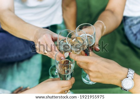 Hands of girls with glasses of champagne at a bachelorette party. Foto stock ©