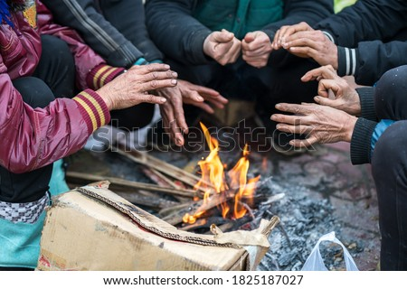 Hands of rural minority people warming up around the fire during the cold weather days in mountaious region in Vietnam Foto stock ©