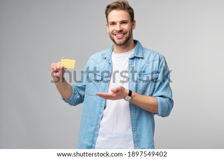 Handsome happy young man showing blank bank cor discount card Foto stock ©