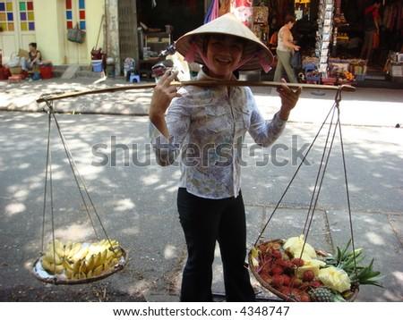 Hanoi 's street fruit vendor