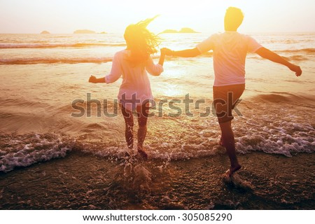 happy couple on the beach, summer vacations or honeymoon Foto stock ©