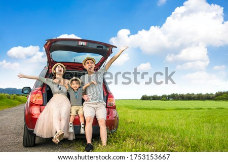 Happy family on  road trip in the car. having fun with summer vacation Foto stock ©