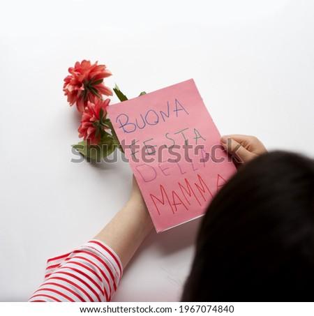 "Happy Mother's day Holiday in Italy. Mom reading handmade greeting card with message in Italian ""Buona festa della mamma"". Maternity, Love, Motherhood Stockfoto ©"