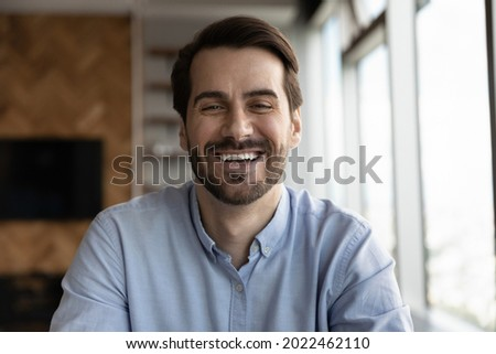 Happy 30s business man, professional, leader, entrepreneur in casual looking at camera, speaking, smiling. Teacher giving webinar via conference video call. Head shot portrait, screen view Foto stock ©