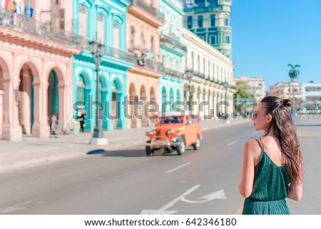 Happy woman in popular area in old Havana, Cuba. Young girl traveler background colorful houses Foto stock ©