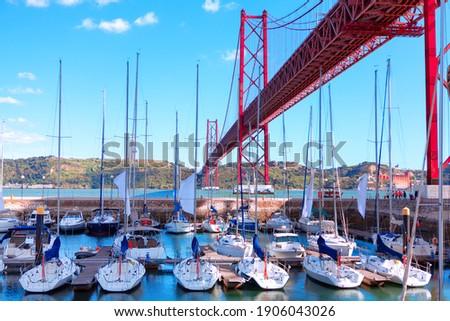 Harbour with yachts in Lisbon . Santo Amaro Recreation dock in Lisbon . Ponte 25 de Abril Foto stock ©