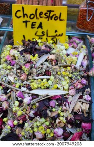 Harem çayı, şifalı otlar, böğürtlen, kolesterol çayı, gül, nar çayı, Kapalıçarşı İstanbul pazarında satışa sunuluyor. Bitkisel ilaç, seçici odak Stok fotoğraf ©
