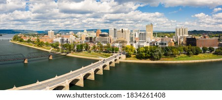 Harrisburg, Pennsylvania aerial skyline panorama on a sunny day. Harrisburg is the capital of state and houses the government for the U.S. state of Pennsylvania Foto stock ©