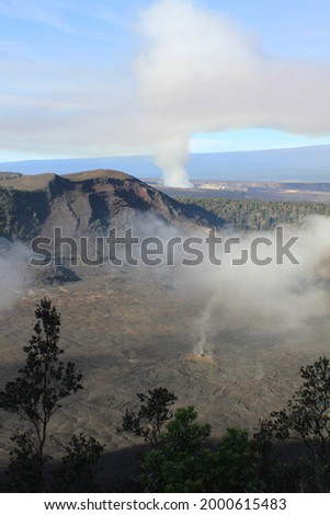 Hawaii Volcanoes National Park is on Hawaii Island (the Big Island). At its heart are the Kīlauea and Mauna Loa active volcanoes. On this hike into the Halema'uma'u Crater you can see steam vents. Foto stock ©