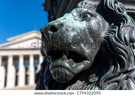 Head of the Bavarian lion at the Max Joseph monument in Munich, heraldic animal and symbol of Bavaria for power strength prudence and justice. In the background the Opera Photo stock ©