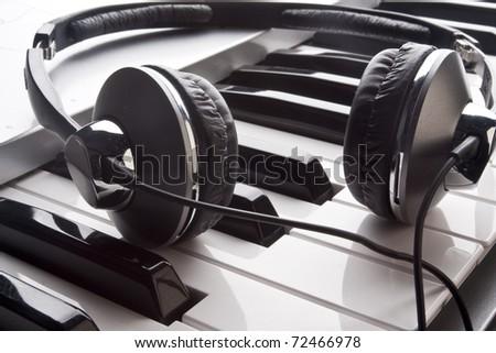 Headphone plug and the electronic piano