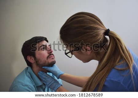 Healthcare worker palpating patient's neck during exam Foto stock ©