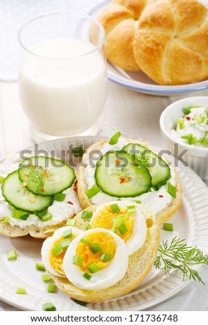 Healthy breakfast fresh canapes with egg cottage cheese for Breakfast canape