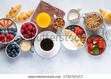 Healthy breakfast set on grey background. The concept of delicious and healthy food. Top view, copy space. Foto stock ©