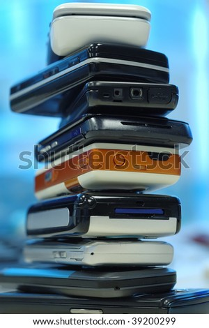 Heap of mobile phones, all kinds of brands.