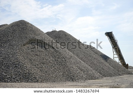 Heap of rubble and conveior