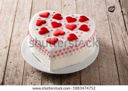 Heart cake for St. Valentine's Day, Mother's Day, or Birthday, decorated with heart sugar on wooden table Foto stock ©