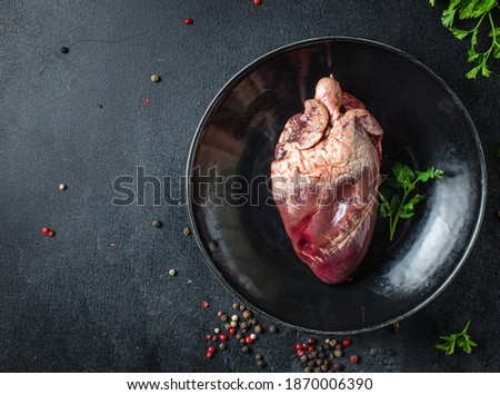 heart raw offal pork or beef meat snack ready to eat on the table healthy meal ingredient top view copy space for text food background rustic  Foto stock ©