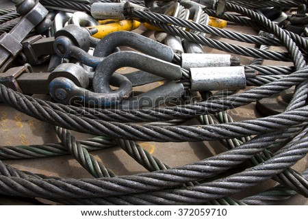 Heavy duty steel wire rope sling with safety anchor shackle bolt in construction site Foto d'archivio ©