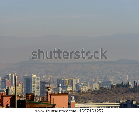 Heavy layer of yellow toxic smog clouds over Tbilisi, Georgia showing unhealthy levels of air pollution.  Foto stock ©
