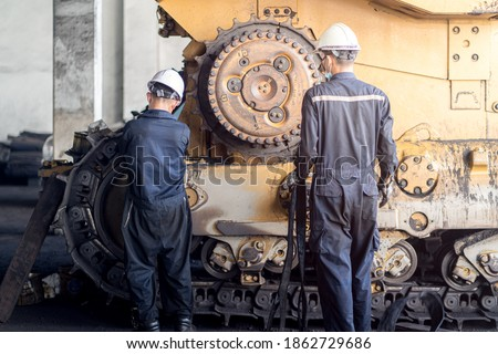 Heavy machinery maintenance and repair, Mechanic man assembly track link of the bulldozer in coal power plant Foto stock ©