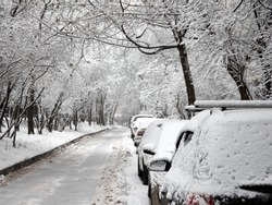 Heavy snowfall in the city paralyzed the movement of cars
