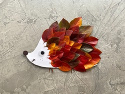 Hedgehog made of cardboard and autumn leaves, kids craft. Instructions step by step.