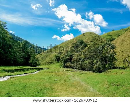 Hemoso paisaje Colombiano y lugar de nacimiento del río medellin en El alto de San Miguel localizado en Caldas, Antioquia, paisaje andino montañoso y bosque de niebla Foto stock ©