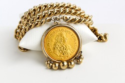 Heraldic Medal Collier Gold Tone