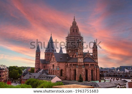High Cathedral of St. Martin, Mainzer Dom. scaffolding on facade. Roman Catholic Cathedral, Romanesque as well as Gothic and Baroque elements.  Mainz - Rhineland Palatinate, Germany Foto d'archivio ©
