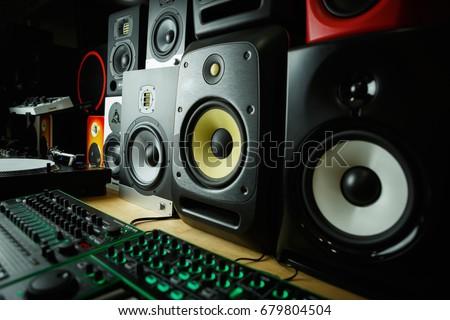 High quality loudspeakers in dj shop.Buy hifi sound system for sound recording studio.Professional hi-fi cabinet speaker box on sale.Pro audio equipment for record studios