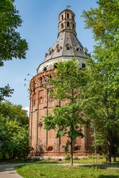High tents were erected over the ancient mighty artillery towers of the Simonov Monastery in the 17th century and the fortress walls were rebuilt. The churches located nearby have also been preserved.