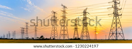 high-voltage power lines at sunset,high voltage electric transmission tower Foto stock ©