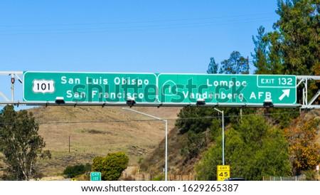 Highway 101 navigational road signage providing guidance towards San Luis Obispo San Francisco and Lompoc Vandenberg AFB  Foto stock ©