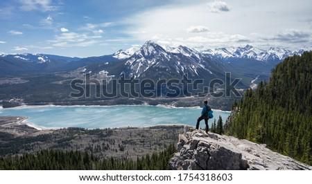 Hiker enjoying beautiful alpine vista in Canadian Rockies at Prairie View Trail, Kananaskis, Alberta, Canada Foto stock ©