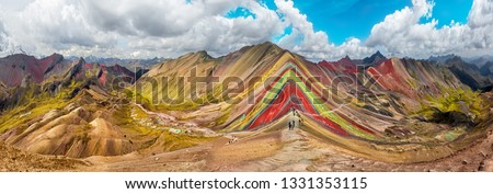 Hiking scene in Vinicunca, Cusco Region, Peru.  Rainbow Mountain (Montana de Siete Colores). Foto stock ©