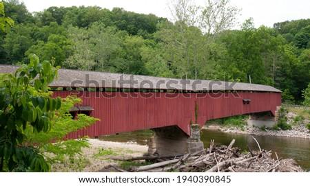 Historic Deer's Mill covered bridge over Sugar Creek in Waveland, Montgomery County, Indiana, built in 1878 by Joseph J. Daniels Foto stock ©