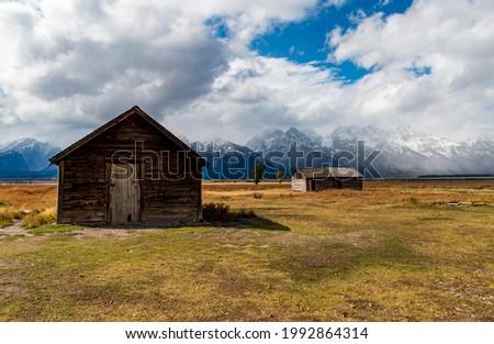 historic Moulton barns n Mormons' Row against the dramatic Teton mountain range in Wyoming. Foto stock ©