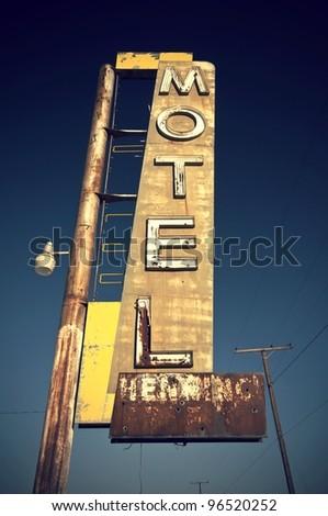 Historic vintage motel sign on old Route 66 in the desert of the state California, USA Historisches altes Motel Schild an der Route 66 in der Wüste im Bundesstaat Kalifornien, USA