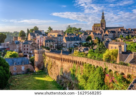 Historical walled Old town of Dinan, Brittany, France Foto stock ©