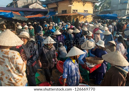 Hoi an vietnam january 10 unidentified men and women for Sea world fish market