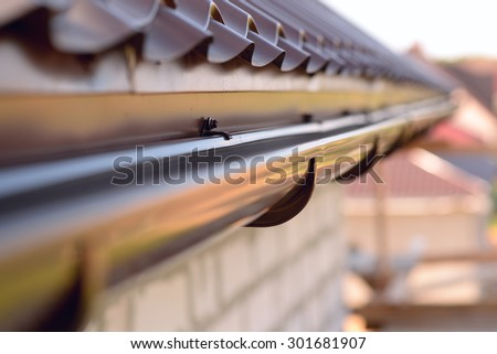 Holder gutter drainage system on the roof