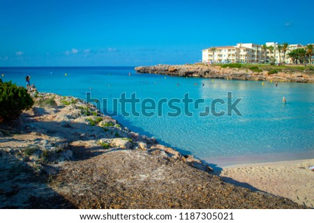 Holidays cala n'bosch beach minorca . Cami de cavalls. Beautiful minorca beach with small hotel in the background. white sand and turquoise water Foto stock ©