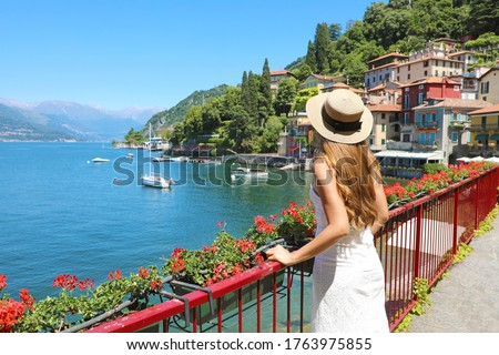 Holidays on Lake Como. Back view of beautiful fashion girl enjoying view of the Walk of Lovers in Varenna, Lake Como. Summer vacation in Italy. Foto stock ©
