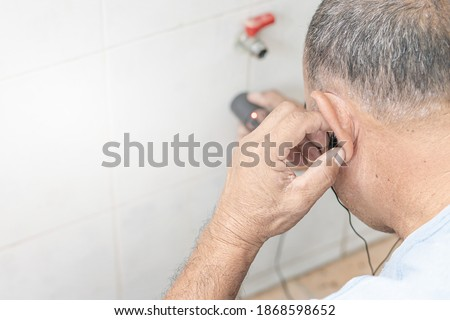 Home service concept : A man use water leaks check machine check leak of water pipe in Concrete wall Foto stock ©
