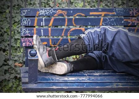 Homeless man sleeping on a bench Foto stock ©