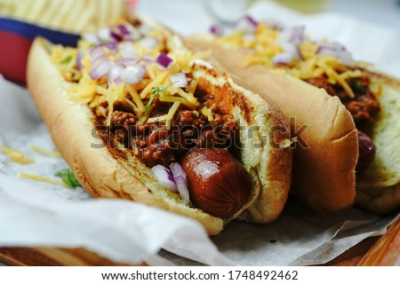Homemade Chili dogs topped with cheddar cheese, selective focus  Foto stock ©