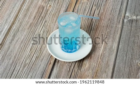 Homemade ice carbonated juice with blue curacao syrup that quenches the thirst of hot days Foto stock ©