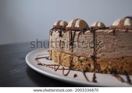 Homemade Kinder Bueno Cheesecake with chocolate, Kinder Bueno and Kinder Maxi Stock foto ©
